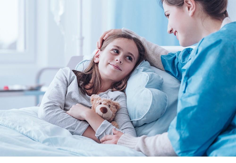 Kuvituskuva: Nuori tyttö potilaana ja hoitaja vieressä.