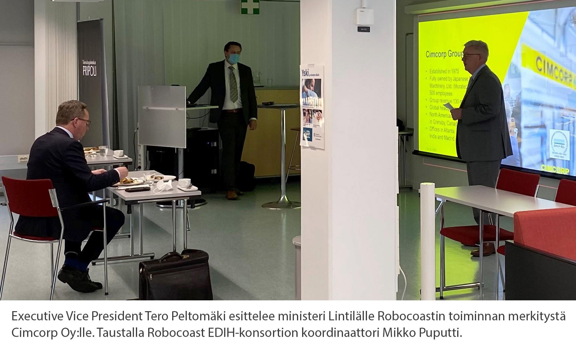 Executive Vice President Tero Peltomäki esittelee ministeri Lintilälle Robocoastin toiminnan merkitystä  Cimcorp Oy:lle. Taustalla Robocoast EDIH-konsortion koordinaattori Mikko Puputti.